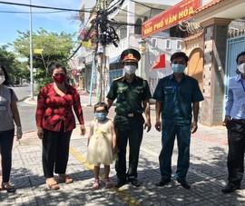 Thiếu tá Nguyễn Trung Kiên và cháu bé mồ côi mẹ do COVID-19