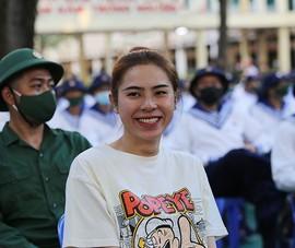 Nữ tân binh TP.HCM cười tươi khi lên đường nhập ngũ