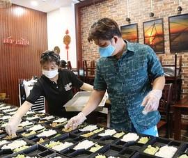 Nấu cơm 'chuẩn nhà hàng' gửi tặng lực lượng chống dịch ở Gò Vấp