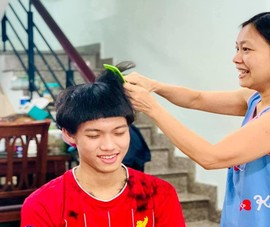 Mùa dịch COVID-19, các bà vợ thành thợ cắt tóc bất đắc dĩ