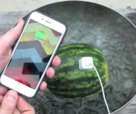 Clip: Sạc pin cho iPhone bằng... dưa hấu