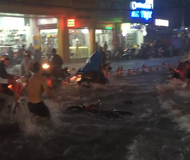 Clip: Nước cuốn trôi cả xe máy trong cơn mưa chiều nay