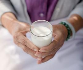 Có nên uống sữa trước khi đi ngủ?