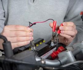 Phải làm gì khi bình ắc quy xe máy để quá lâu nên bị hết điện?