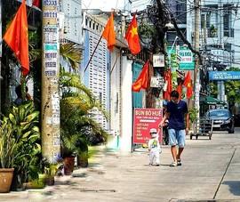 Nhiều đường ở TP.HCM rực rỡ cờ Tổ quốc mừng lễ Quốc khánh