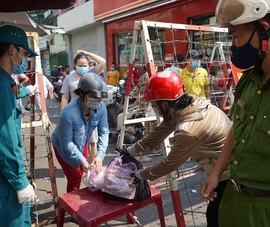 Tặng quà Tết cho người dân tại khu vực phong tỏa Mả Lạng