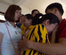 Tòa kết tội năm bị cáo vụ cưa gỗ khô, nhiều người khóc nức nở