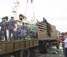 Quân chủng Hải quân hỗ trợ TP.HCM 135 tấn gạo và 25 tỉ đồng