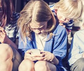 Cấm trẻ em dưới 15 tuổi sử dụng smartphone ở trường