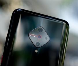 Trên tay chiếc smartphone có cụm camera lạ mắt
