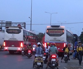 Video: Xe khách đường dài tung hoành trên quốc lộ 1A