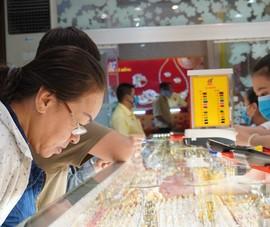 Video: Người dân đổ xô mua vàng ngày vía Thần Tài