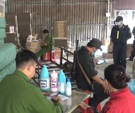 Bắt quả tang cơ sở sản xuất dung dịch tẩy rửa vệ sinh giả