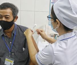 Video: Gia đình 5 người đều tiêm thử nghiệm vaccine COVID-19