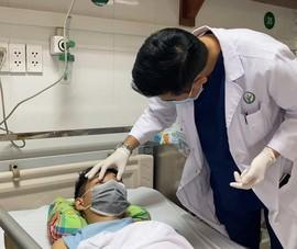 Video: Cứu sống thanh niên bị thanh sắt cắm xuyên mặt