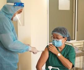 Video: Hơn 100 y, bác sĩ BV Phổi Đà Nẵng tiêm vaccine COVID-19