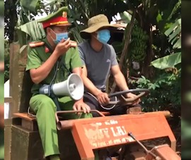Video: Công an dùng máy cày vào buôn phát thực phẩm cho người dân