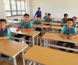 Sinh viên 'thay áo mới' cho bàn ghế cũ để tặng học sinh nghèo