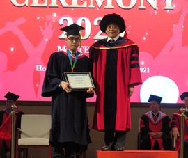 Bộ ba cùng họ Phan được vinh danh thủ khoa tại lễ tốt nghiệp