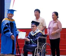 Xúc động tân kỹ sư nhận bằng tốt nghiệp trên xe lăn
