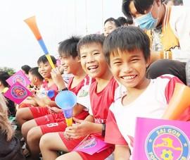 Trò cưng Nguyễn Hồng Sơn đội mưa xem V-League 2020