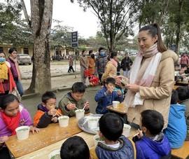 Lương Thùy Linh nấu 2000 tô phở cho trẻ em vùng sâu