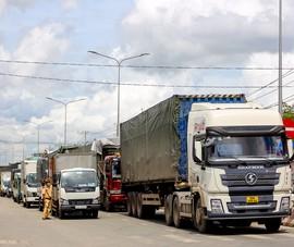 Siết chặt giấy xét nghiệm, tuyến đường nối Long An - TP.HCM kẹt xe hơn chục km