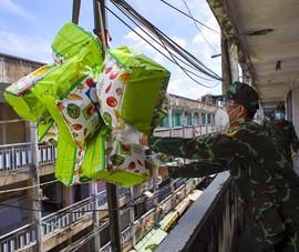 TP.HCM: Dùng xe cẩu tiếp tế lương thực cho người dân ở chung cư cũ