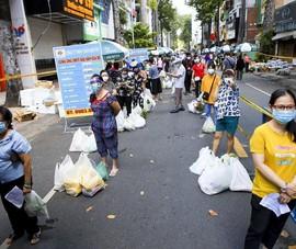 Quận 5: Người dân hồ hởi đi chợ dã chiến