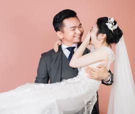 Vì sao MC Hạnh Phúc chia sẻ ảnh cưới 'giấu mặt' cô dâu?