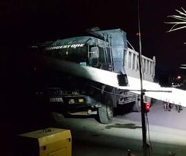 Xe ben kéo đổ hàng loạt cột điện ở Nhà Bè
