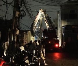 Mái che bị lốc cuốn dính vào đường dây điện ở quận 9