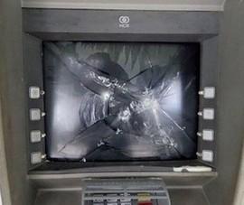 Nhậu say, vác búa  đập nát cây ATM để 'đòi thẻ, đòi tiền'