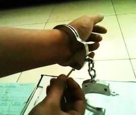 Thanh niên lấy chìa khóa mở còng đào thoát khỏi đồn công an