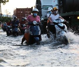 Triều cường dâng nhanh, nhiều đường lại biến thành sông