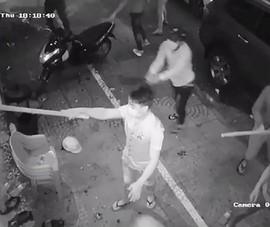 Nhóm người cầm dao tự chế đập phá đồ đạc ở Bình Tân