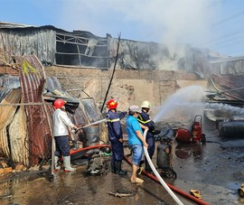 Cháy nhà kho, lan sang dãy trọ ven quốc lộ 50 ở Bình Chánh