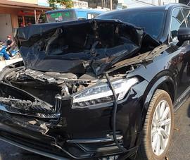 Chiếc xe hạng sang bẹp dúm đầu sau vụ tông liên hoàn
