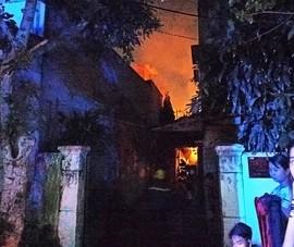 Gò Vấp: Xưởng gỗ ở khu dân cư bốc cháy dữ dội