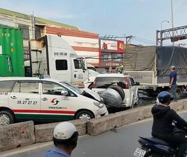 Tông liên hoàn 5 xe ở đèn đỏ, giao thông ùn ứ
