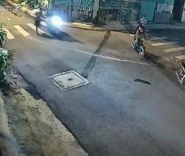 Hóc Môn: Dừng xe trước nhà, bị 6 kẻ cướp tấn công, lấy xe máy