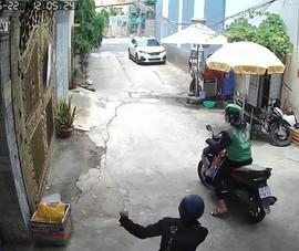 2 thanh niên dàn cảnh vờ hỏi tìm người để cướp giật