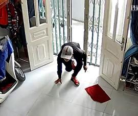 Camera ghi cảnh trộm lẻn sau lưng người phụ nữ để trộm