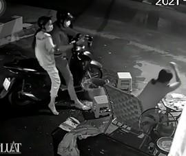 Ngồi trước nhà lúc rạng sáng, một phụ nữ bị tấn công bằng hơi cay