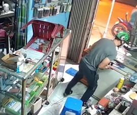Kẻ trộm cạy cửa lấy 8 điện thoại trong 50 giây