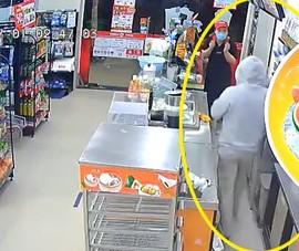 Thanh niên dùng dao cướp cửa hàng Circle K làm gì sau khi lấy được tiền?