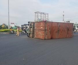 Container lật ngang ở vòng xoay An Lạc, may mắn không có thương vong