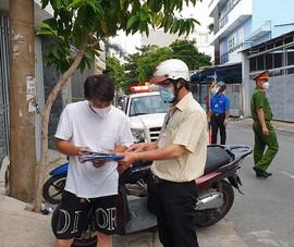 Thực hiện Chỉ thị 12: Một phường phát hơn 8.000 giấy 'đi chợ' cho dân