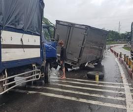 Tông vào xe tải đang dừng sửa giữa đường, 3 người bị thương