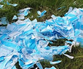 Hàng ngàn khẩu trang bị vứt bỏ ở bãi cỏ tại Bình Chánh